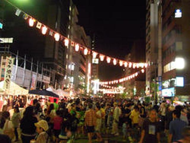 画像: 夜は提灯の灯りでまた違った雰囲気に☆ www.enjoytokyo.jp