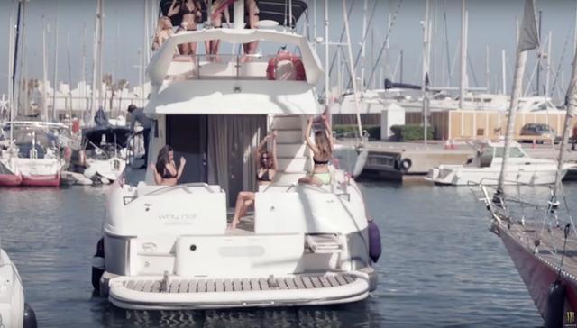 画像: 豪華なボートにゴージャスなお姉さまたちがわんさか。もう一度言います、わんさか。 www.youtube.com
