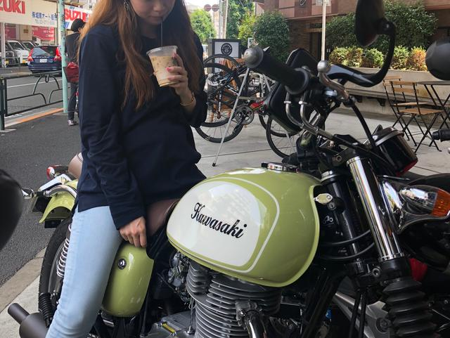 画像: カフェの方からも「あのグリーンのバイク、なんですか?」と声をかけていただき、ほくそ笑むAkiko記者