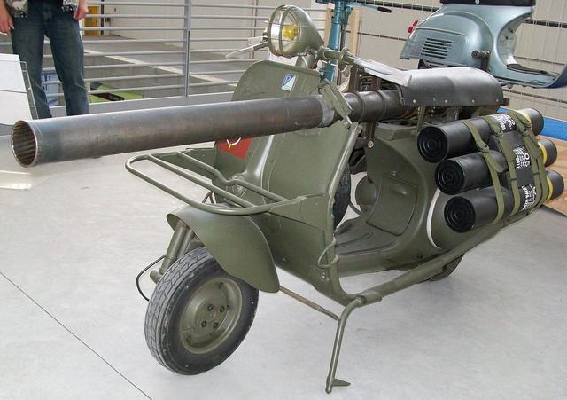 画像: こちらが問題?の、大砲を積んだベスパスクーターです。 upload.wikimedia.org