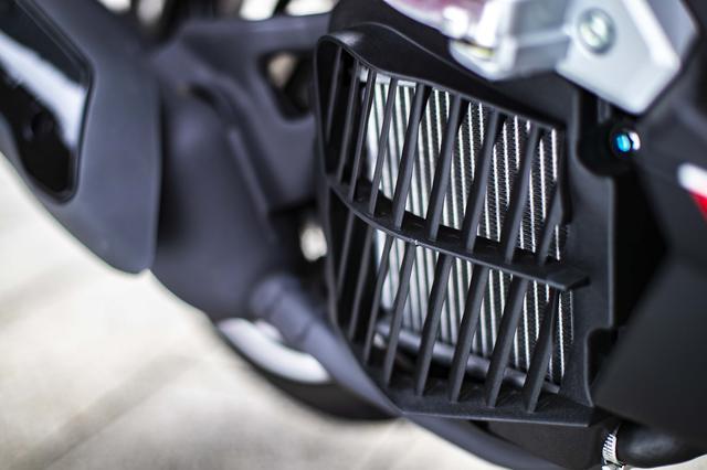 画像: ラジエターは車体右側にサイドマウントです。