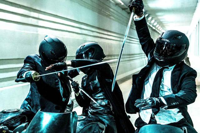 画像: 【どうやって撮ってるの?!】バイクに乗りながら日本刀を振り回す!映画「悪女」のバイクチェイスがネットで話題! - LAWRENCE - Motorcycle x Cars + α = Your Life.