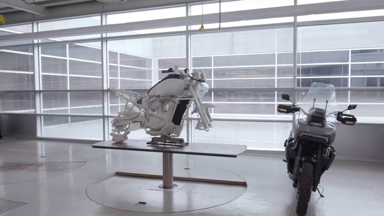 画像: パン アメリカ1250の開発中の姿・・・らしき映像です。 www.youtube.com