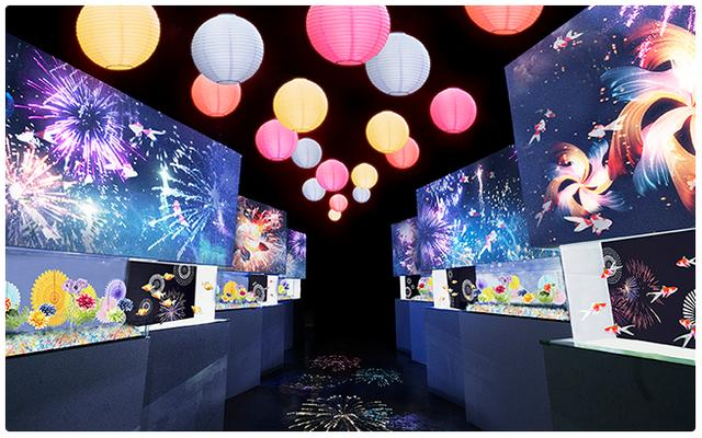画像: 金魚花火/あたりを照らす提灯と、鮮やかな花火の通り道。可憐に泳ぐ金魚たちが心躍る夏へと誘います。 www.aqua-park.jp