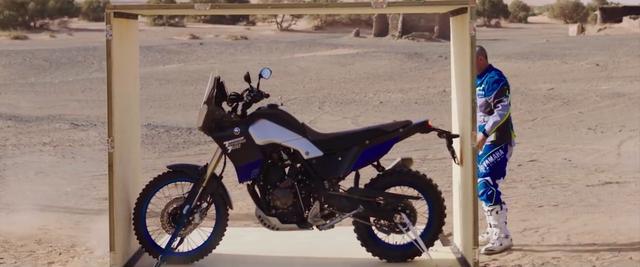 画像: 砂漠のなかで、ペテランセルを待っていたのは新型テネレ700でした・・・。 www.youtube.com