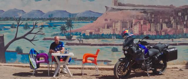 画像: モロッコでの休暇? を楽しむペテランセルのもとに、一通のメッセージが届きます・・・。 www.youtube.com