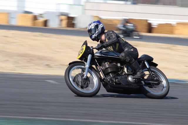 画像: 今年3月、筑波サーキット・コース1000にて。1959年型ノートン マンクス30Mと私・・・。バイクも古ければ、レザースーツも古い?