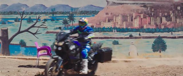 画像: 「こいつぁ、ノンビリしている場合じゃねぇ!」と?  スーパーテネレにまたがり移動するペテランセル・・・。 www.youtube.com