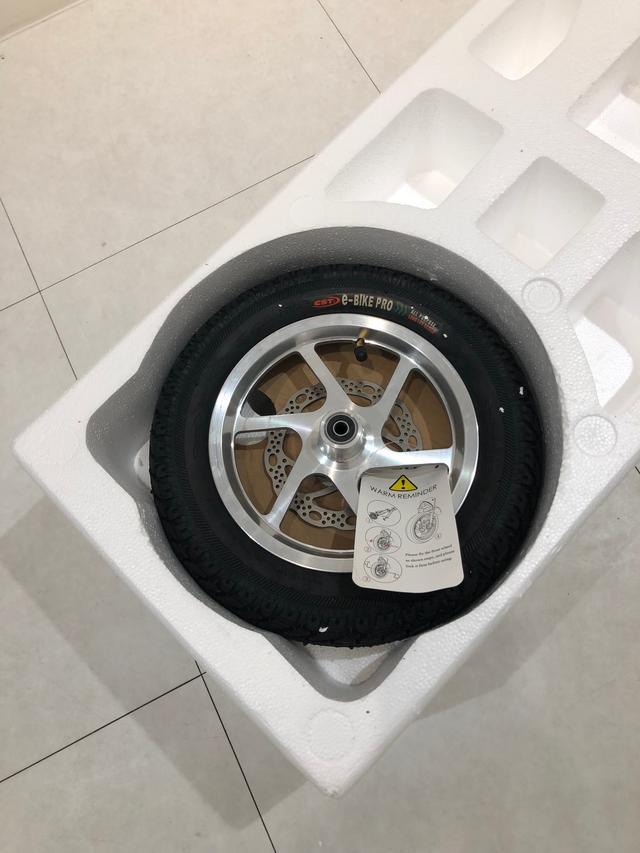 画像: 前輪は自分でつけなければなりません。なので、ちっちゃなディスクブレーキ付きの前輪は外れた状態で付いて来ます。
