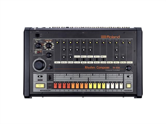 画像: 歴史的なリズムマシン「TR-808」 1曲分のリズムを自由に作成できる世界初の画期的なリズムマシンとして1980年に発売。当時のヒップホップ、ダンス・ミュージック、さらには現代のポップ・ミュージックにまで、ミュージシャンやプロデューサーの音楽制作に大きな影響を与えました。歯切れのよいスネア、重低音のバス・ドラム、特徴的なカウベルやハンドクラップ(手拍子)など、その独特なサウンドは、発売後30年が経ち既に販売終了となっている今もなお、根強く支持されています。