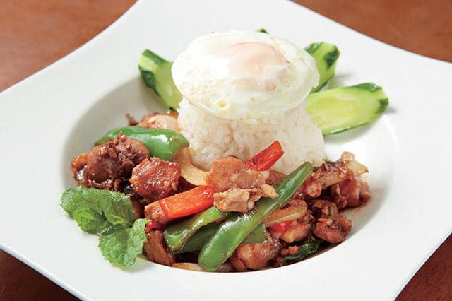 画像: 「プーピン」本場さながらの激辛タイ料理が食べられる市原市の人気店!プリッキーヌをたくさん使ったガパオは、ゴロゴロの鶏肉で特徴的! www.gekikara-gourmet.com