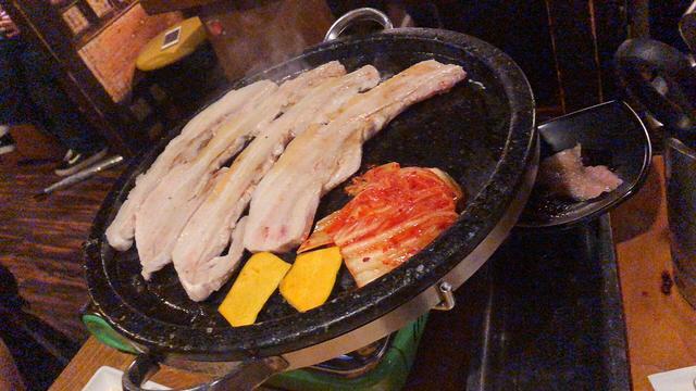 画像: お肉をひっくり返したり、切ったり、全て店員さんがやってくれます☆