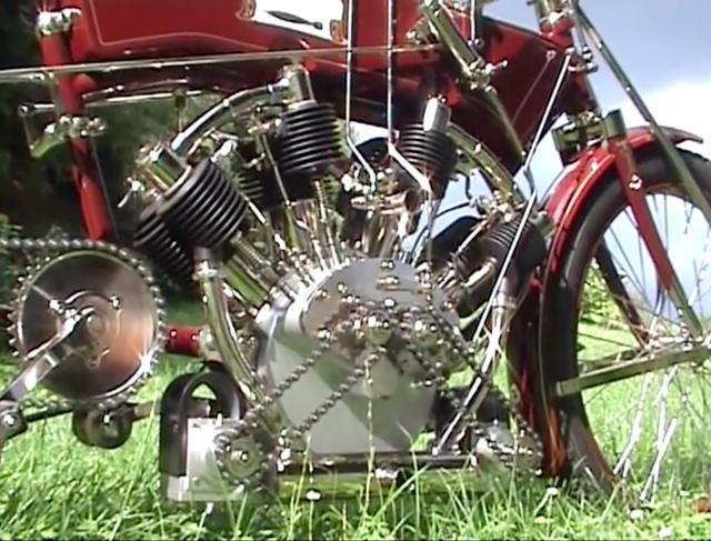 画像: 非常にユニークな、1909年型トルペードのエンジン。「ダブル2シリンダー」という呼び方らしく、前2気筒と後ろ2気筒の点火系(マグネトー)は別々となっていることがこの写真からわかります。 www.youtube.com