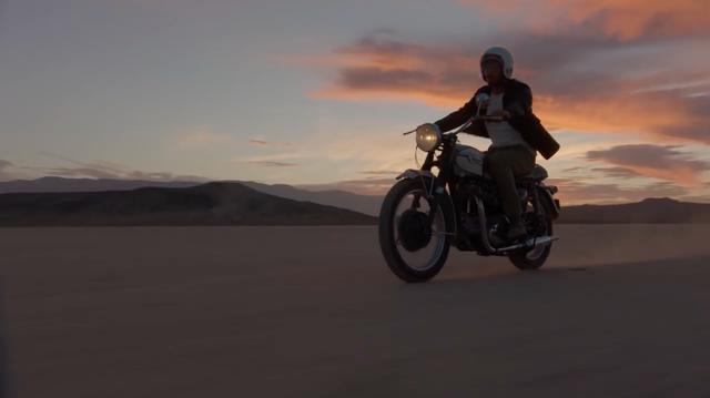 画像: 1960年代のトライアンフツインで、砂漠を駆けるひとりの男・・・。 www.youtube.com