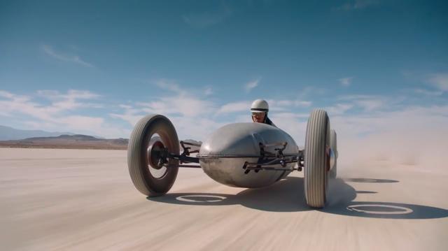 画像: トライアンフからストリームライナーに乗り換えた男が、砂漠を爆走します! www.youtube.com