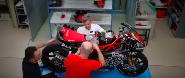 画像: 実際に参戦するマシンのカラーリングがどうなるのかはわかりませんが、黒と赤が基調の試作車のデザインもクールでいいですね! www.youtube.com