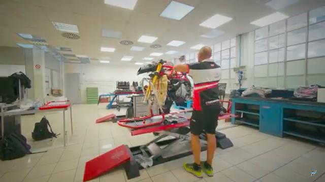 画像: バレーゼ工場内のクリーンなワークショップで、2019年型のMVアグスタMoto2マシンが組み立てられています。 www.youtube.com