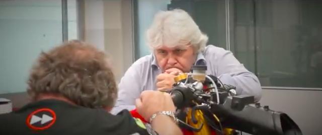 画像: フォワード・レーシング代表のジョバンニ・クザリも、真剣にスタッフの作業ぶりを見つめています・・・。 www.youtube.com