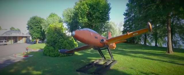 画像: ここはそもそも、アエルマッキ・ハーレーダビッドソンのファクトリーでした。イタリア航空機業界の雄だったアエルマッキは、第二次世界大戦後から2輪業界へ参入。1960年にはハーレーと提携し、ハーレーブランドの小型車を生産しました。1978年からここは新オーナーのカジバの工場となり、1991年以降はカジバがMVアグスタのブランドを手に入れたことにより、新生MVの開発の場にもなりました。ちなみにこの敷地内に展示されている飛行機は、アエルマッキのジェット練習機&攻撃機のMB-326です。 www.youtube.com