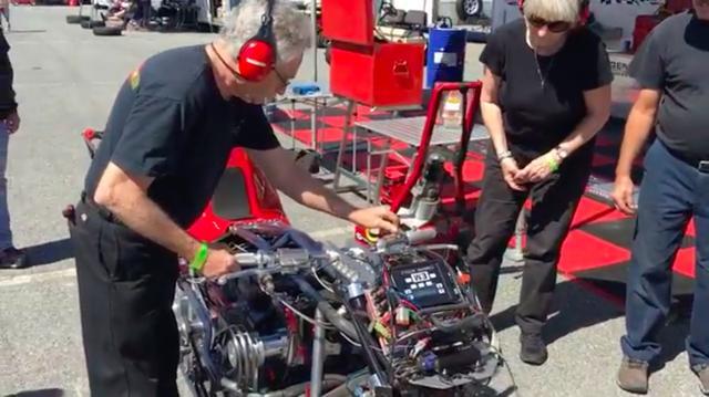 画像: 愛機を暖機運転してチェックするクリスさん。 www.youtube.com