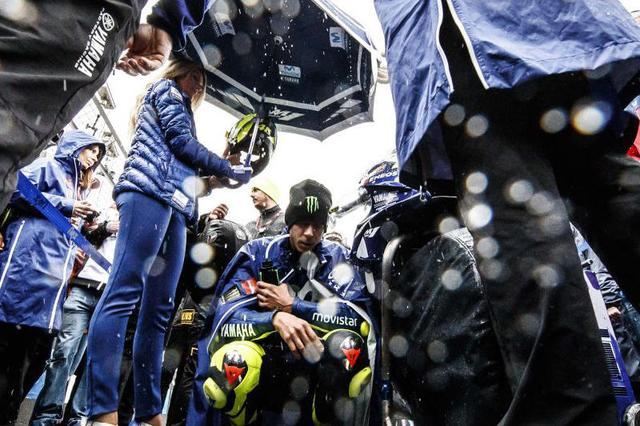 画像: 降り止まない雨のなかで待機するランキング2位のバレンティーノ・ロッシ(ヤマハ)。変更された決勝スタート時間の午前11時30分、MotoGPクラスの選手がグリッドに着いたころから雨が強くなります・・・。そしてスタートを遅らせる決定が下されることに・・・。 race.yamaha-motor.co.jp
