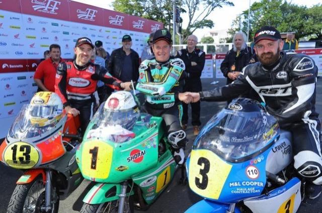 画像: 左から3位のリー・ジョンストン(ホンダ)、1位のJ.マクギネス(パトン)、2位のJ.カワード(ノートン)。 www.bikesportnews.com