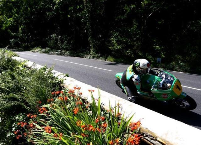 画像: イタリアの市販GPマシン、パトン(DOHC2気筒)を駆るJ.マクギネス。 www.iomtt.com