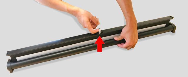 画像: 金具に指を引っ掛け上に引っ張るワンタッチ式!