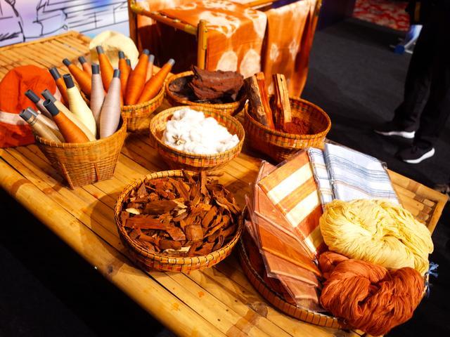 画像: ブリーラム県の名産品のひとつが、プーアッカニー布。火山灰(!)、樹皮、木綿糸、染料が原料で、 美しい色合いと柔らかさがその特徴。©︎ロレンス