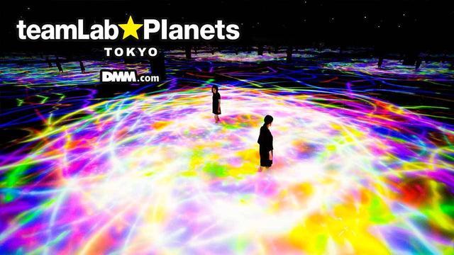 画像: 人と共に踊る鯉によって描かれる水面のドローイング planets.teamlab.art