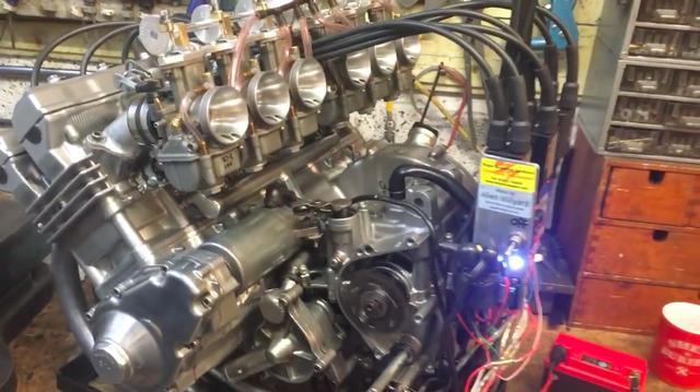 画像: こちらは2017年に、RC374エンジンに初めて火が入ったときのシーンです。点火系は英ボイヤー製品を使用しています。当然、オリジナルのRC174は押しがけ始動ですが、RC374はセルスタートが可能になっています。 www.youtube.com