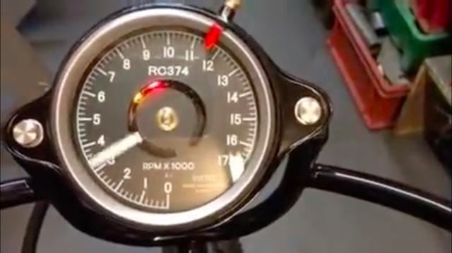 画像: レブカウンターはオリジナルのRC174用のスミス製マグネット式メーター風ですが、中身は電気式ですね。 www.youtube.com