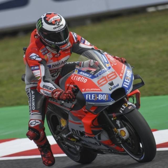 画像: 今シーズン3度目、MotoGPクラスでは通算42度目となるポールポジションを獲得したJ.ロレンソ(ドゥカティ)。 www.facebook.com
