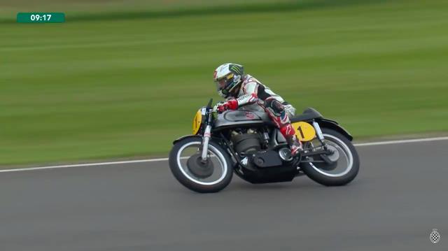 画像: レース終了まで残り9分ちょっと・・・T.コーサー+BMWの追撃から逃げるJ.マクギネス+ノートン。 www.youtube.com