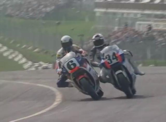 画像: ホンダVFR750RKに乗るW.レイニー(左)と、スズキGSX-R750に乗るK.シュワンツがコーナーで接触! 動画のなかでは、アツすぎるトップ争いが展開されます。 www.youtube.com