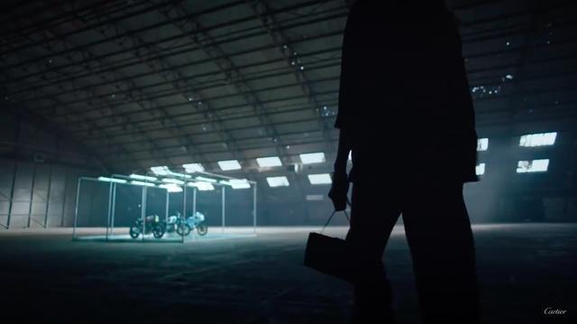画像: 格納庫のなかのクリスタルなガレージのなかに、3台のカフェレーサーが佇みます。 www.youtube.com