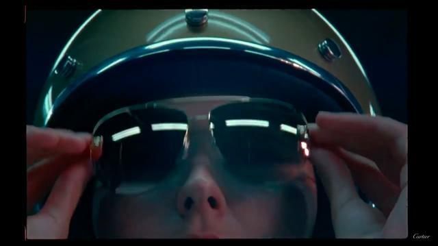 画像: ヘルメット女子!(笑) www.youtube.com