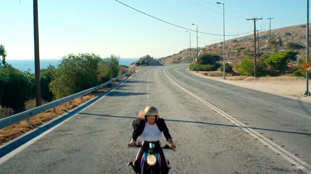 画像: 爆走する彼女の向かう先はいずこ・・・? www.youtube.com