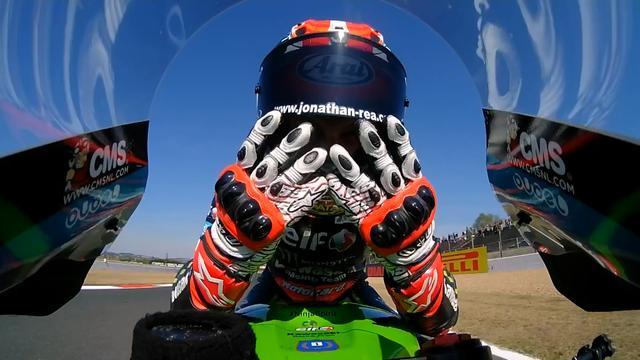 画像: 両手で「4」のハンドサインをするJ.レイ(カワサキ)。強過ぎます! www.worldsbk.com