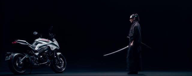 画像: 対峙するカタナと刀・・・。 www.youtube.com