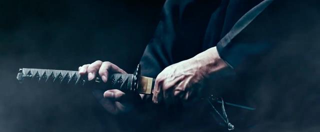 画像: 新たに刀鍛冶により作られた刀を、鞘から抜き取るひとりの侍・・・。 www.youtube.com