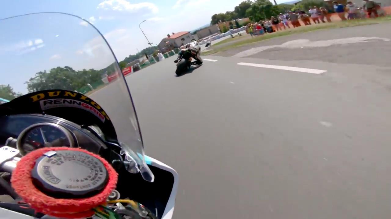 画像: 今年8月のチェコTT、SSP(スーパースポーツ)クラスのバトル! もちろん公道です! www.youtube.com