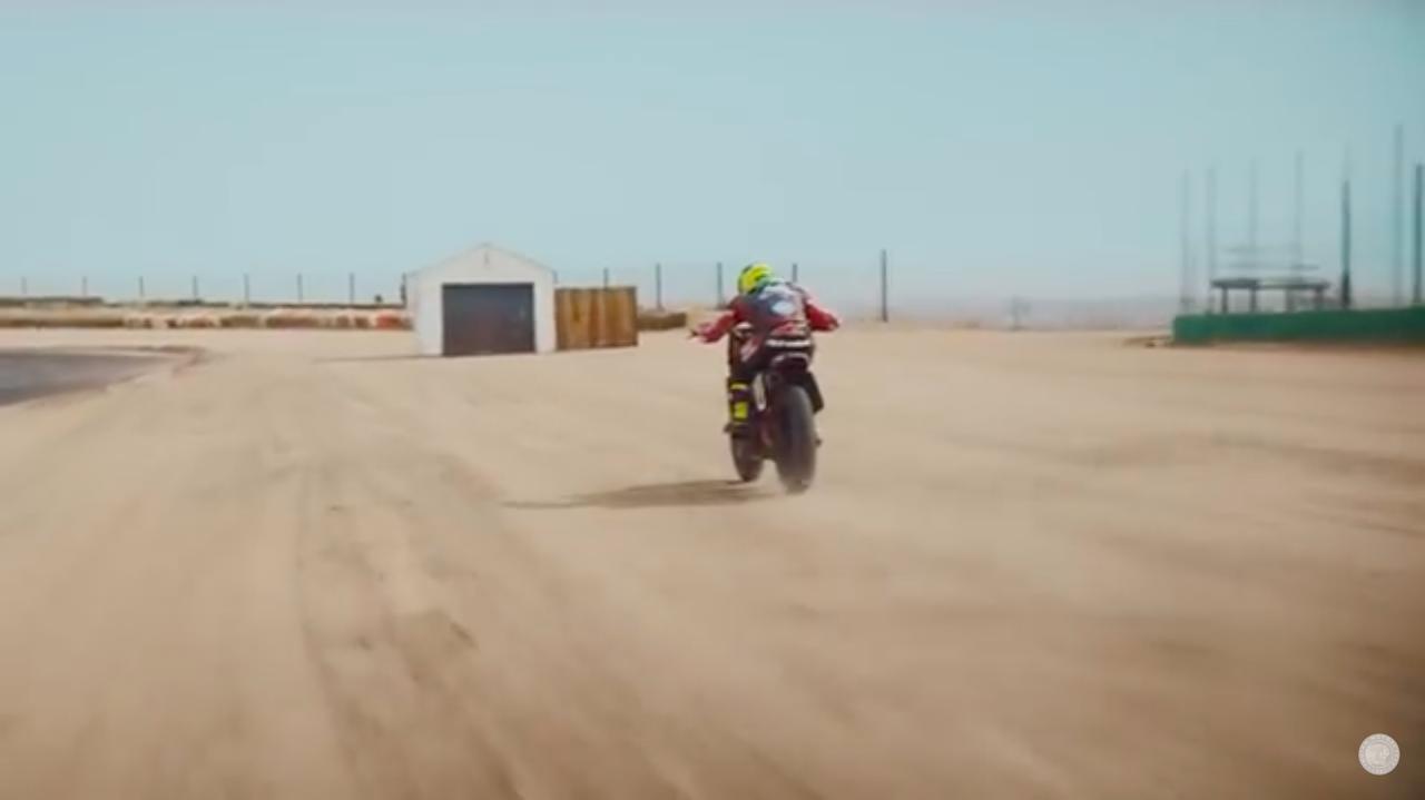 画像: あれれ・・・そのまま真っ直ぐ行くと、ガレージに突っ込んじゃいますよ! www.youtube.com