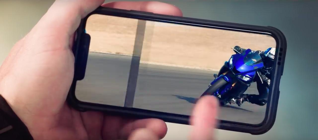 画像: さらにスワイプを繰り返し、そのスピードが頂点に達したとき・・・突如青年の身に変化が !!?? www.youtube.com