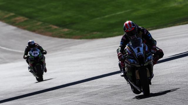 画像: 今週末の第12戦アルゼンチンのフリープラクティスを走るJ.レイ(右・カワサキ)。果たして2019年シーズンからの3レース制は、レイの5連覇への挑戦になんらかの影響を及ぼすことになるのでしょうか? www.worldsbk.com