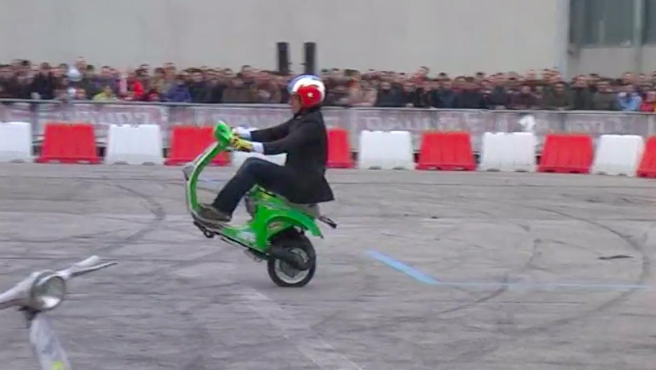 画像: 緑の車両に乗り換えて・・・「前輪なんて飾りです。偉い人にはそれが分からんのですよ」と誰かが言ったとか言わないとか? www.youtube.com