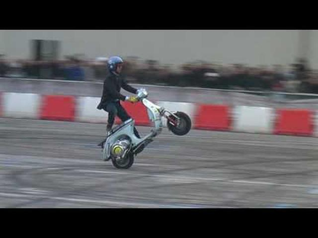 画像: Nicola l'impennatore (Vespa freestyle) al Motor Bike Expo' di Verona 2010 youtu.be