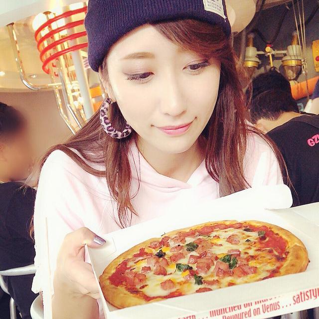 画像: とか言いつつピザも食べる。。