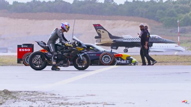 画像: モーターサイクルやクルマに比べると、航空機の類はかな〜りサイズがでかいので、複数の滑走路を使ってのゼロヨン競争となります。 www.youtube.com