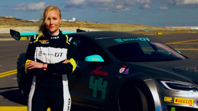 画像: 電動車レース用としては初のテスラとなるP100Dは、このモデルの開発ドライバーでもあるエマ・キミライネン女史がドライブ! www.youtube.com